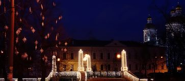 Stad op Kerstmis en van het Nieuwjaar vooravond stock afbeeldingen