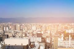 Stad overvolle woonplaats de stad in met bergachtergrond Stock Foto