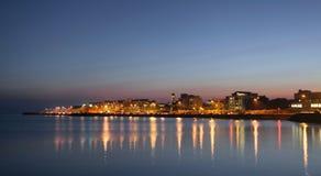 Stad på banken av havet på natten Arkivfoton