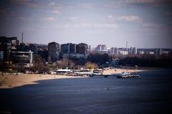 Stad på flod-, strand- och pirlandskap royaltyfri bild