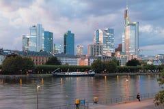 Stad på flodkust i afton frankfurt germany strömförsörjning Arkivbild