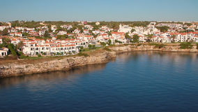 Stad på kusten av golfen för många kilometer Mahon Minorca, Spanien arkivfilmer