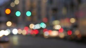 Stad på nattbakgrund med bilar Ut ur fokus tänder bakgrund med den oskarpa unfocused staden stock video