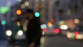 Stad på nattbakgrund med bilar Ut ur fokus tänder bakgrund med den oskarpa unfocused staden lager videofilmer