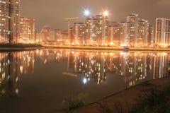 Stad på natten, härliga ljus Royaltyfri Bild