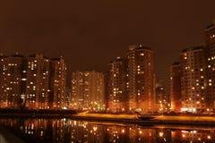 Stad på natten, härliga ljus Royaltyfria Bilder