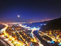 Stad på natten med ett fullt Arkivbild