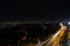 Stad p? natten med sikten f?r en gata arkivbild