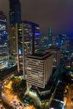 Stad på natten med trafik och industial byggnad royaltyfria bilder
