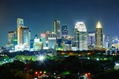 Stad på natten. Thailand Bangkok, mitten. Fotografering för Bildbyråer