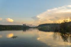 Stad på sjön på aftonen Arkivfoto