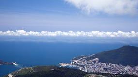 Stad p? havet av Budva, Montenegro Sikter fr?n luften royaltyfri foto