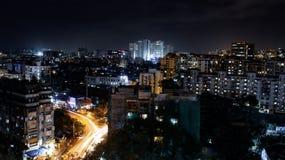 stad p? natten med byggnader royaltyfri foto