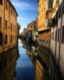 Stad Padova, Italien, flod, solig dag Arkivbilder