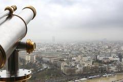 Stad Paris från ovannämnda - från Eiffeltorn med teleskopet - Urban, himmel och byggnader royaltyfria foton