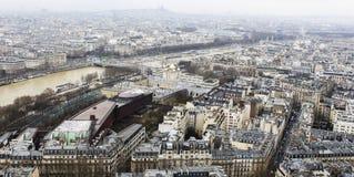 Stad Paris från ovannämnda - från Eiffeltorn - Urban, himmel och byggnader arkivfoton