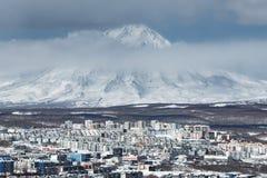 Stad Petropavlovsk-Kamchatsky en actieve Koryak-Vulkaan Royalty-vrije Stock Fotografie