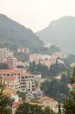 Stad Petrovac bland montenegrinska berg Arkivbilder