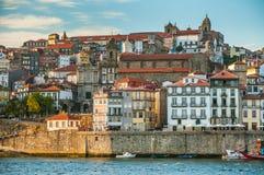 Stad Porto in de avond Mening van de rivier Douro en centraal historisch deel van de stad Royalty-vrije Stock Foto