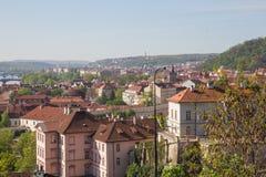 Stad Prague, Tjeckien Stadsgata med byggnader och tak Loppfoto 2019 26 _ arkivbild