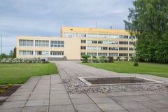 Stad Priekuli, lettisk republik Gammalt s?teri var ?r skola Gult hus och trottoar Juni 1 Foto f?r 2019 lopp royaltyfria bilder