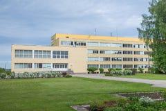 Stad Priekuli, lettisk republik Gammalt s?teri var ?r skola Gult hus och trottoar Juni 1 Foto f?r 2019 lopp arkivbild