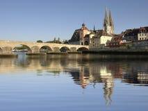 stad Regensburg med den historiska gamla stenbron Fotografering för Bildbyråer