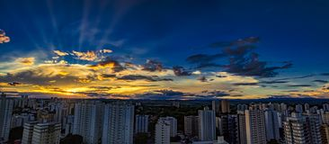 Stad Sao Jose Dos Campos, SP/Brasilien, på solnedgångpanoramafotoet royaltyfria bilder