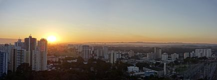 Stad Sao Jose Dos Campos, SP/Brasilien, på soluppgångpanoramafotoet Arkivbild