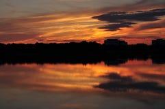 Stad sjöpanorama på solnedgången Royaltyfria Foton