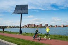 Stad skåpbil de zon - sol- energi - Heerhugowaard Arkivfoto