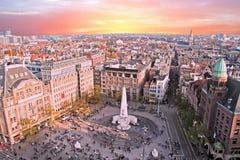 Stad som är scenisk från Amsterdam med fördämningen i Nederländerna Arkivfoton