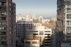 Stad som beskådas till och med mitt av två byggnader, Royaltyfri Fotografi