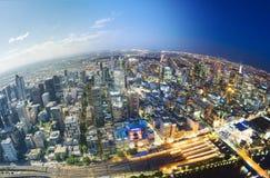 Stad som bleknar från dag till natten Arkivbild