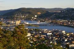 Stad som delas av en flod Royaltyfri Bild