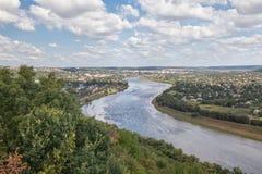 Stad som lokaliseras på flodstranden Royaltyfri Foto