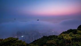 Stad som täckas av dimma på gryning stock video