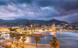 Stad & strand van Ventimiglia in noordelijk Italië bij nacht Royalty-vrije Stock Foto