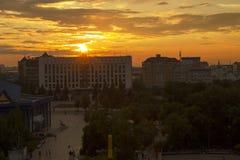 Stad tijdens warme zonsondergang Royalty-vrije Stock Afbeelding