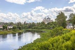 Stad Torzhok Cityscape Bank van de rivier Tvertsa royalty-vrije stock fotografie