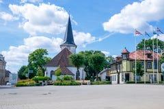 Stad Tukums, Lettland Gammal centrum och kyrka på Lettland Det ` s arkivbilder