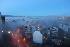 Stad under morgondimma Royaltyfri Foto