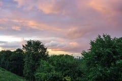 Stad under stormmolnen på solnedgången Royaltyfria Foton