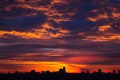 Stad under varm färgrik solnedgång Royaltyfri Fotografi