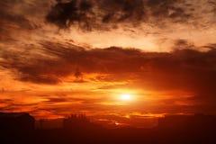 Stad under varm solnedgång Royaltyfri Fotografi