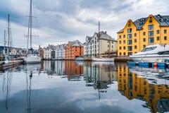 Stad van Alesund Noorwegen stock foto's