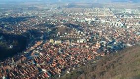 Stad van Brasov van Tâmpa-berg, Roemenië, luchtlengte stock footage