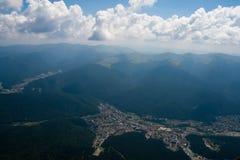 Stad van Busteni bekeek van Bergen Bucegi Stock Fotografie