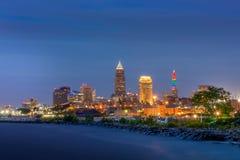 Stad van Cleveland bij Schemer met Meer Erie stock fotografie