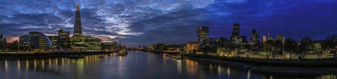Stad van de Horizon van Londen bij Nacht Stock Afbeeldingen